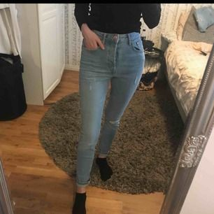 Jeans med alla lappar kvar. Storlek 28, passar mig med S perfekt. Frakt inkluderat!!