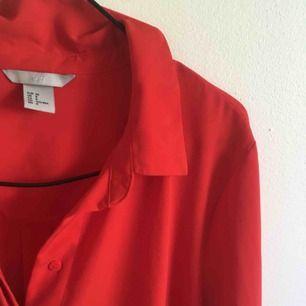 Röd fin skjorta/ blus! Passar bra nu på sommaren, nästan aldrig använt! Snyggt att ha både öppen eller stängd + knyta i midjan:)
