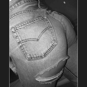 Blå jeans med slitning , aldrig använda