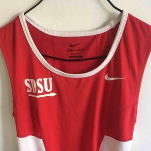 sportigt linne från Nike, kan användas som vanligt men även till träning ;)