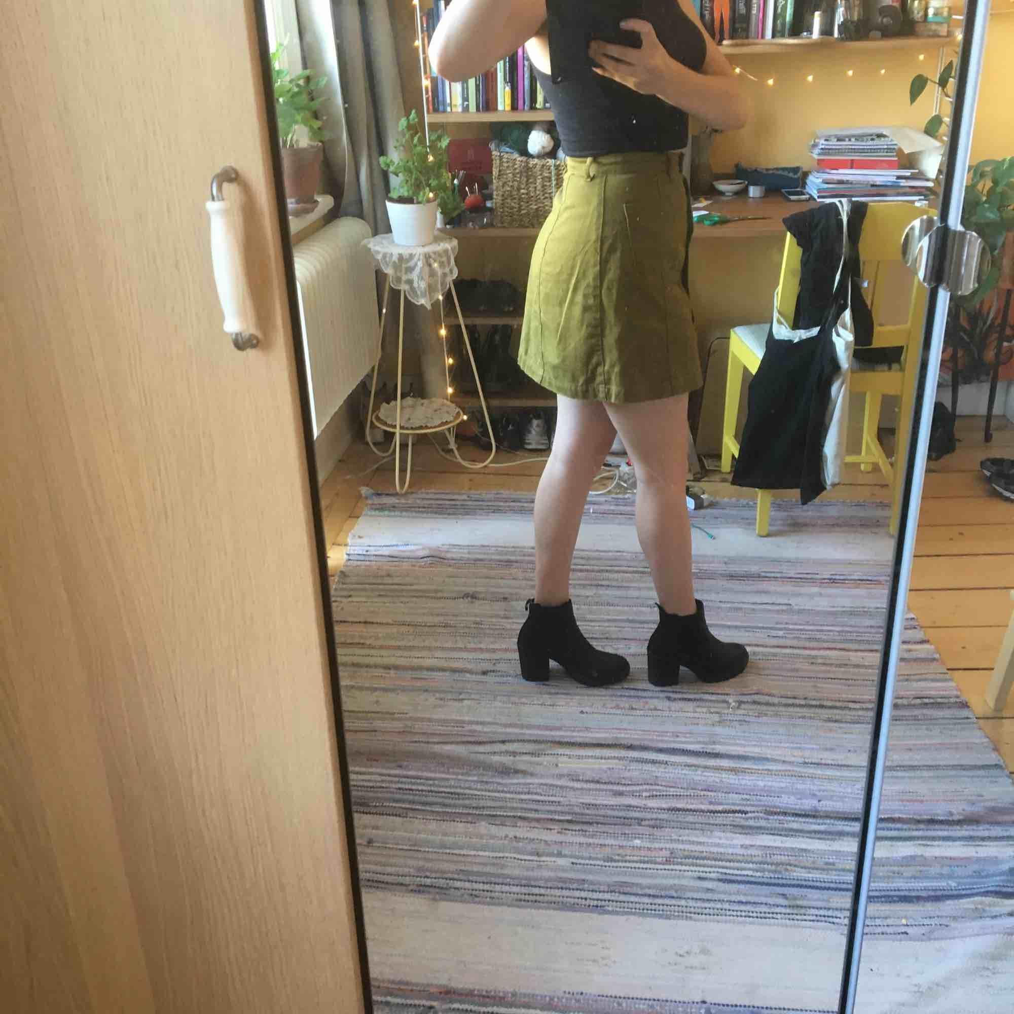 Olivgrön kort jeanskjol. Knäppt hela vägen.. Kjolar.