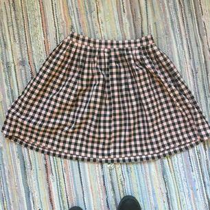 Superfin svart och rosa rutig kjol från Monki . Säljer pga aningens för liten. Aldrig använd.