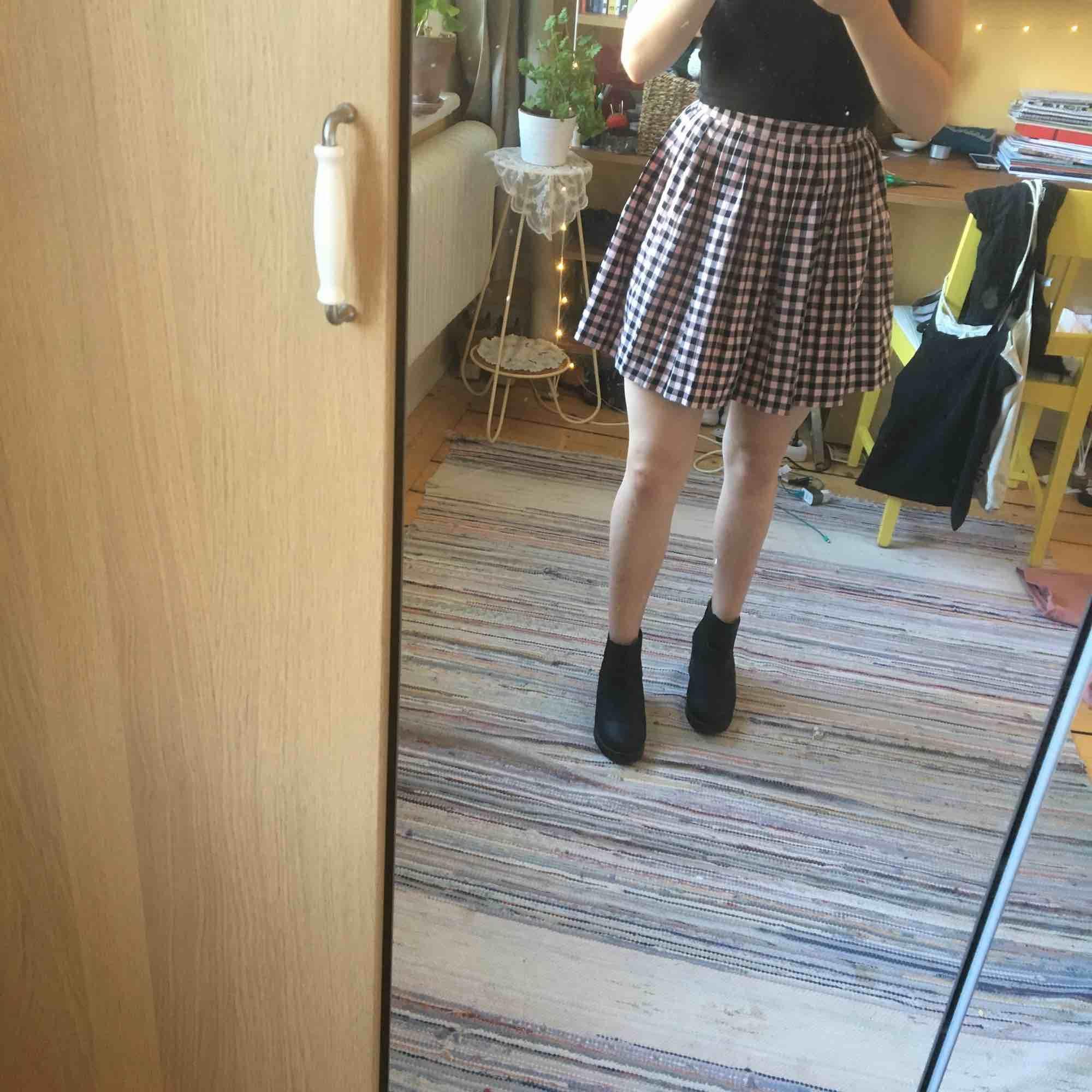 Superfin svart och rosa rutig kjol från Monki . Säljer pga aningens för liten. Aldrig använd.. Kjolar.