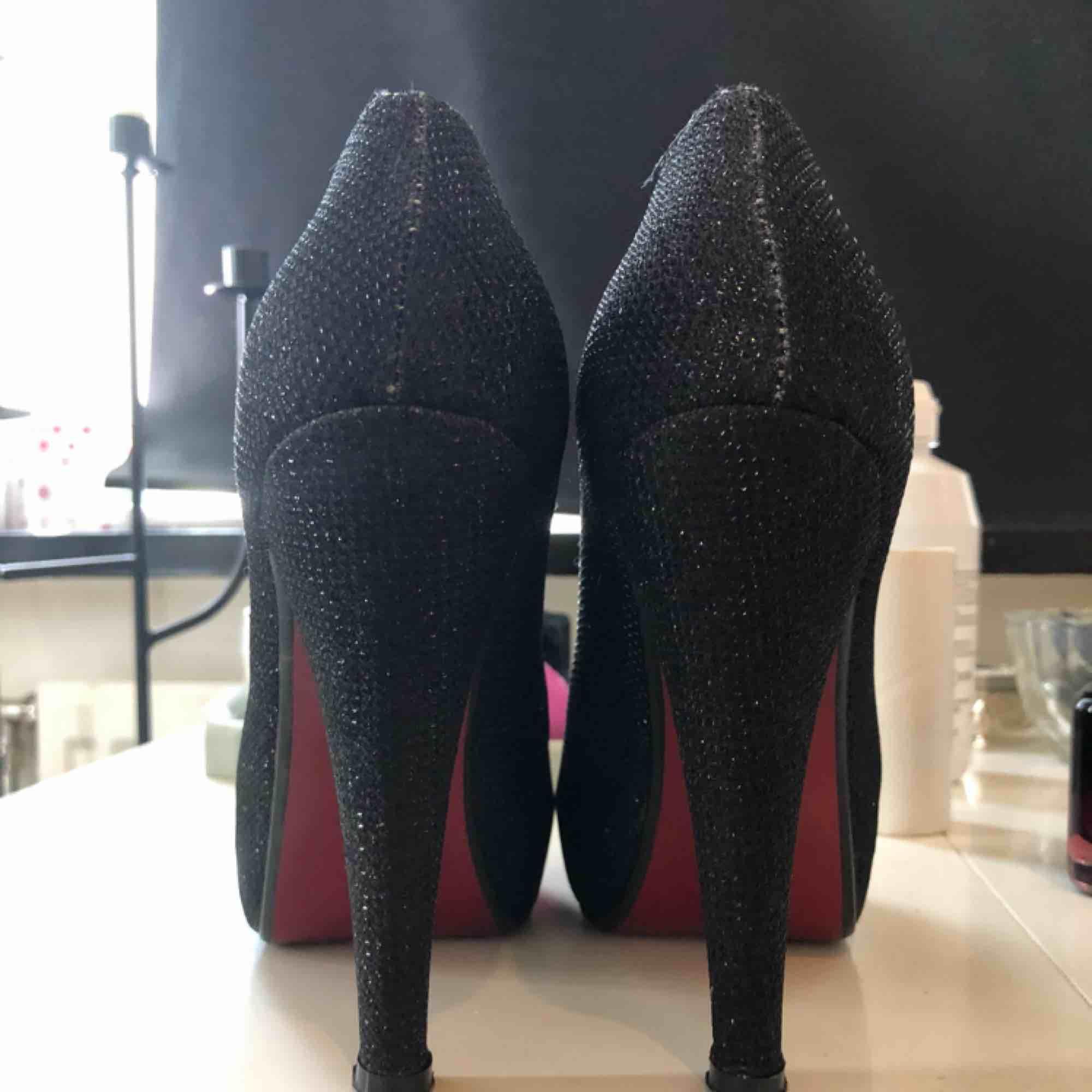 Svart glittriga skor med röd sula. Storlek 36.. Skor.