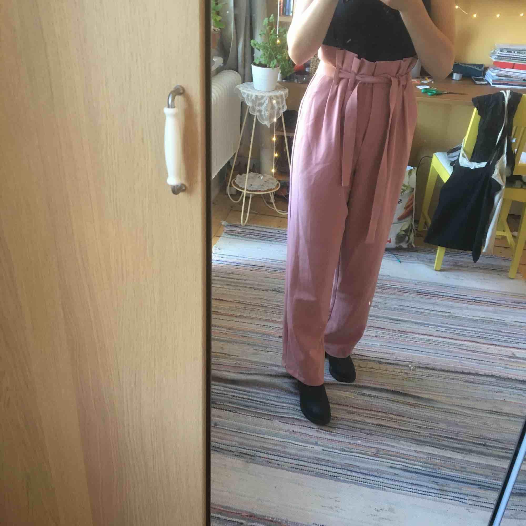 Supersnygga och trendiga sommarbyxor från Bikbok. Väldigt sparsamt använda. . Jeans & Byxor.