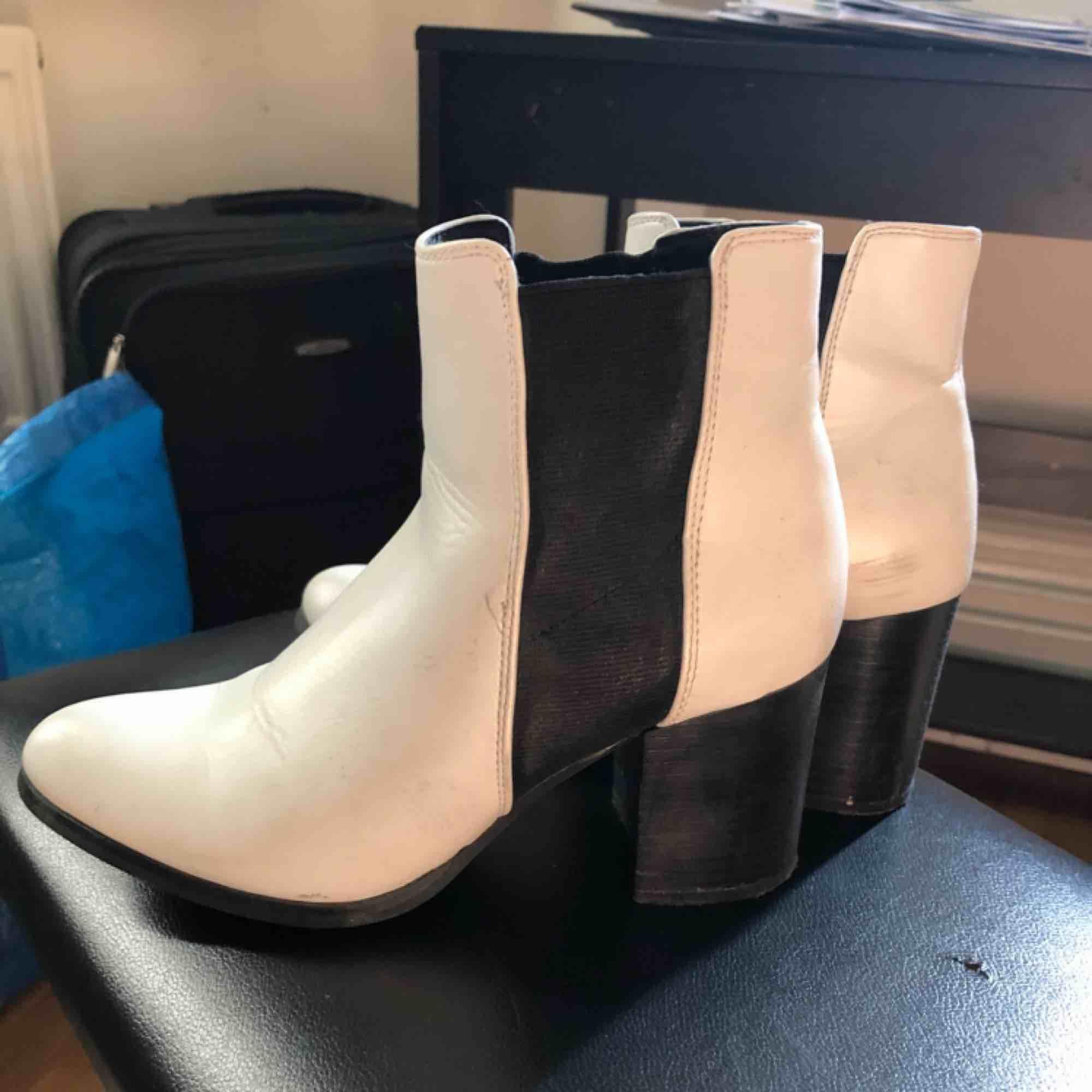 Svart vita skor, vardagsskor. Storlek 36. Använda ett x antal gånger. Frakt tillkommer. Kan även mötas i Malmö. . Skor.