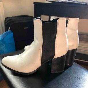 Svart vita skor, vardagsskor. Storlek 36. Använda ett x antal gånger. Frakt tillkommer. Kan även mötas i Malmö.