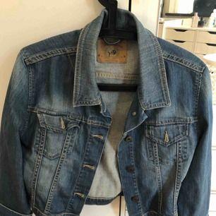 Jeansjacka i storlek XL, har själv använt det som en oversize jacka. Frakt tillkommer, kan mötas i Malmö.