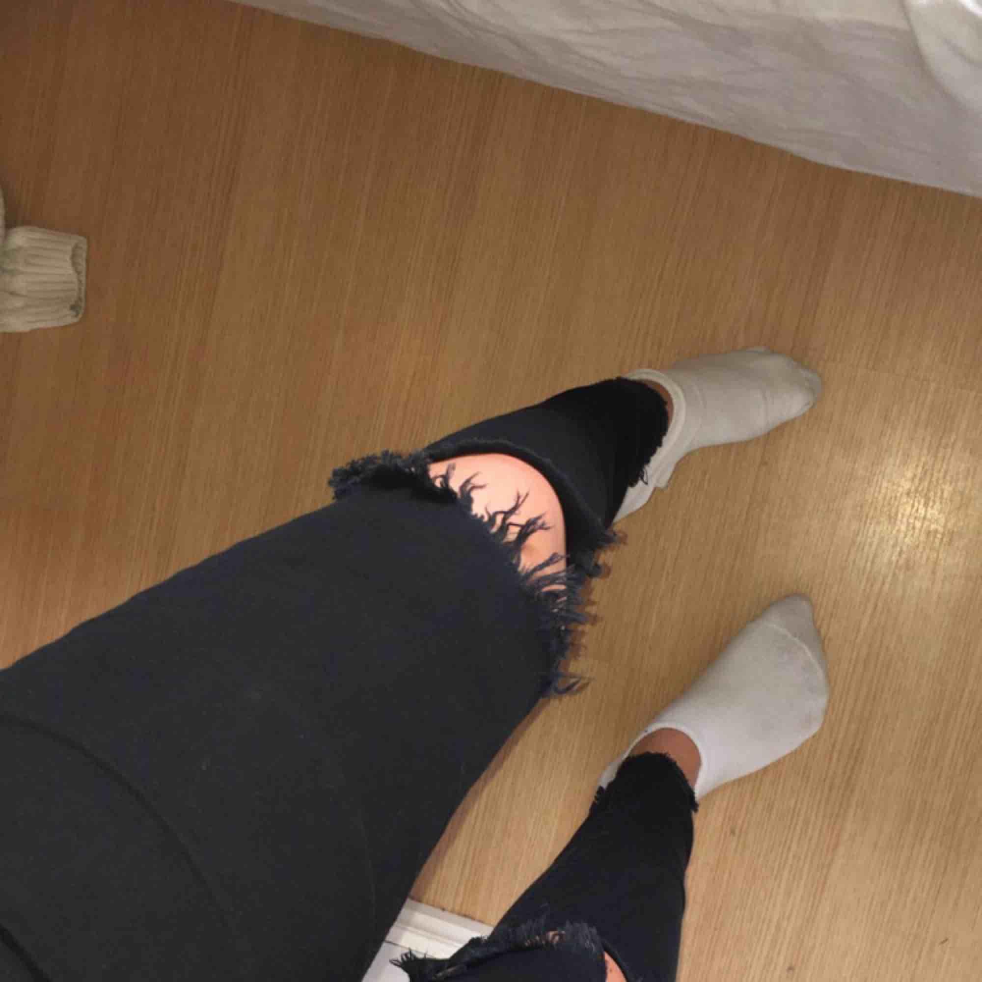Det står som 164 i storleken men är som en XS/S  men de är super fina byxor me hål på båda knäna  och dom har använts en del men är i bra skick  Kan mötas upp i Jönköping, Habo eller bankeryd . Jeans & Byxor.