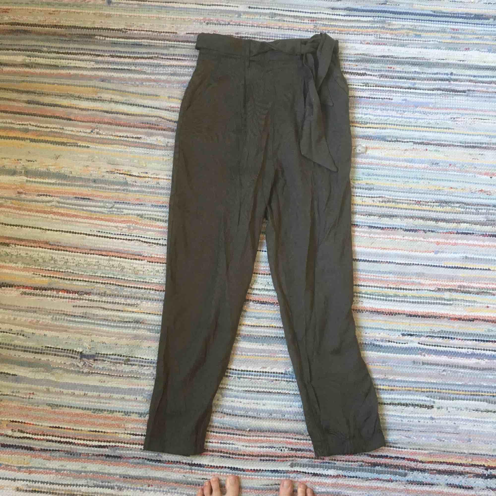 Fina kostymbyxor. Tunna så bra nu på sommaren.. Jeans & Byxor.