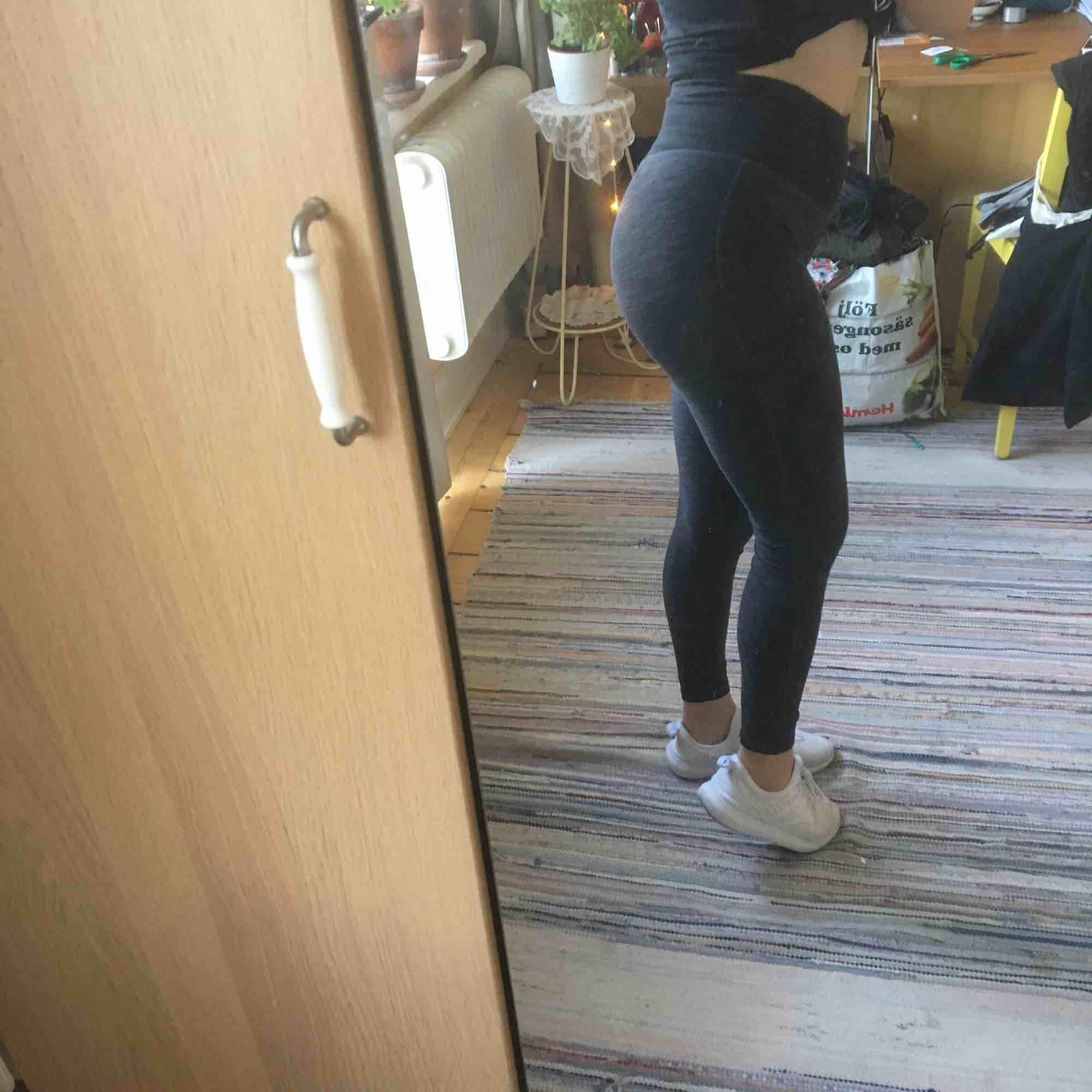 Superskönt träningsbyxor från HM. Sparsamt använda. Jeans & Byxor.