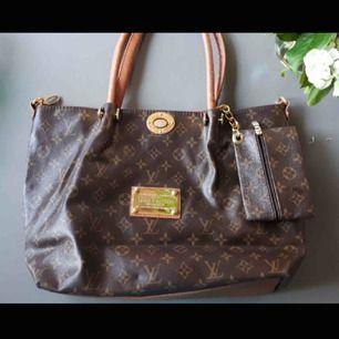 Rymlig Louis Vuitton väska, fejk (antar jag haha för den är köpt på Humana för länge sen). Frakt tillkommer eller så kan jag mötas i Sthlm :)