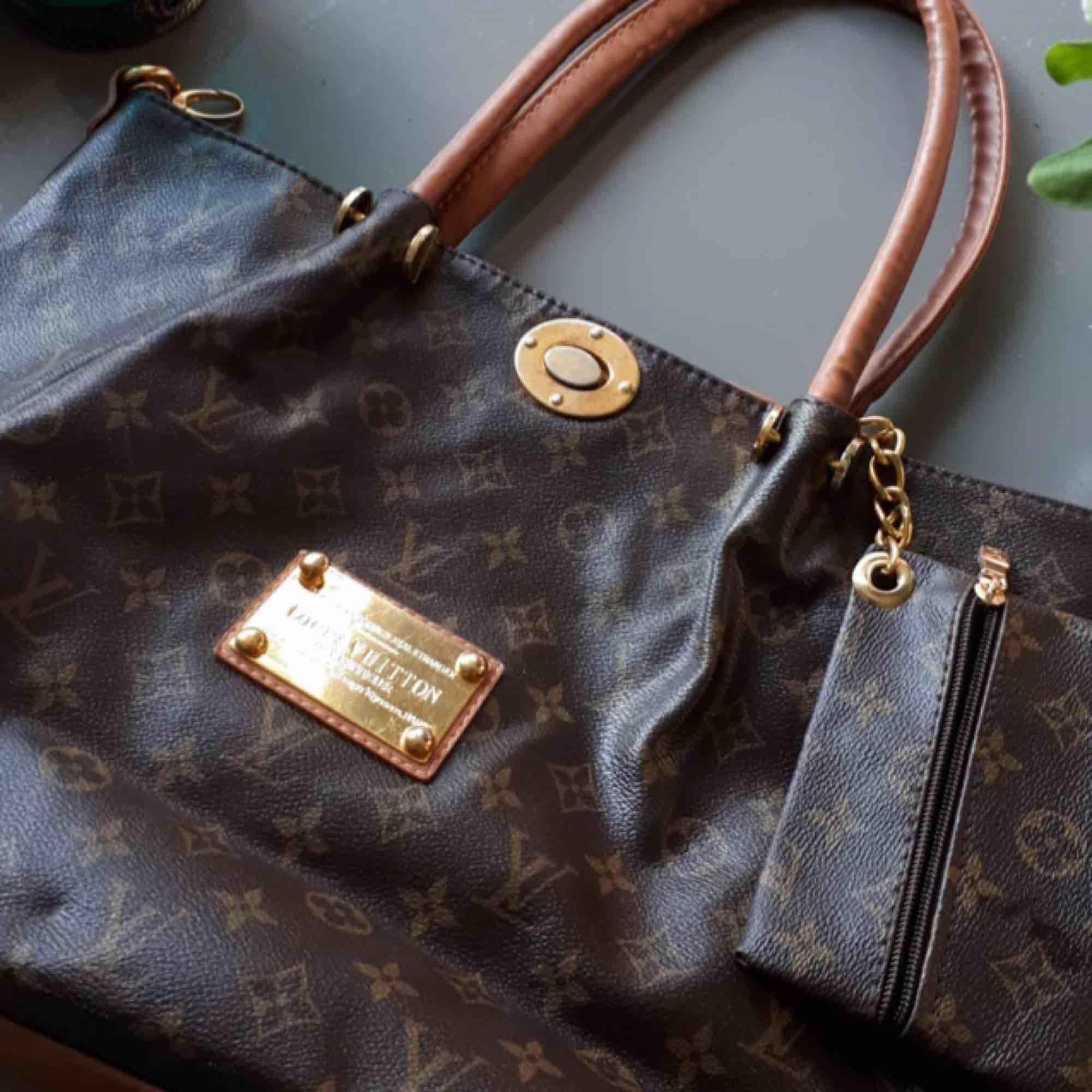 Rymlig Louis Vuitton väska, fejk (antar jag haha för den är köpt på Humana för länge sen). Frakt tillkommer eller så kan jag mötas i Sthlm :). Accessoarer.