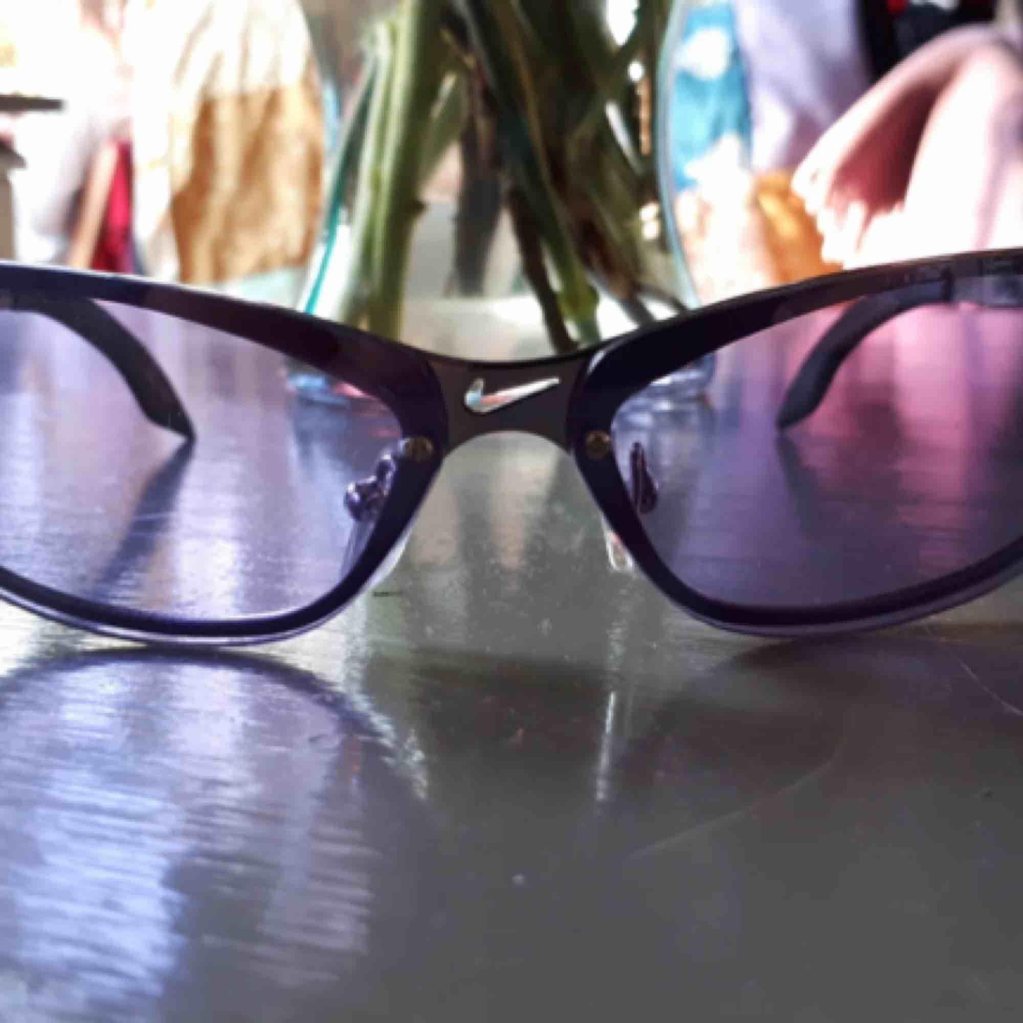 Lila solglasögon från Nike. Frakt tillkommer :). Accessoarer.