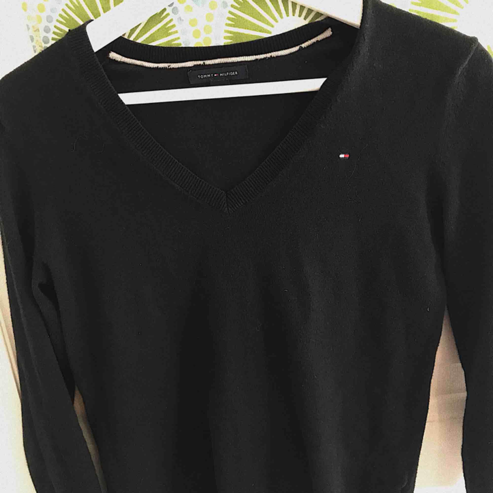 Säljer denna Tommy Hilfiger tröja i storlek XS, men passar även för mig som använder S/M. V-ringad. Använd fåtalet gånger. Mycket skön och väldigt fin! Kan mötas upp i Borås, annars så diskuteras frakt privat Skriv vid intresse för mer info. Tröjor & Koftor.