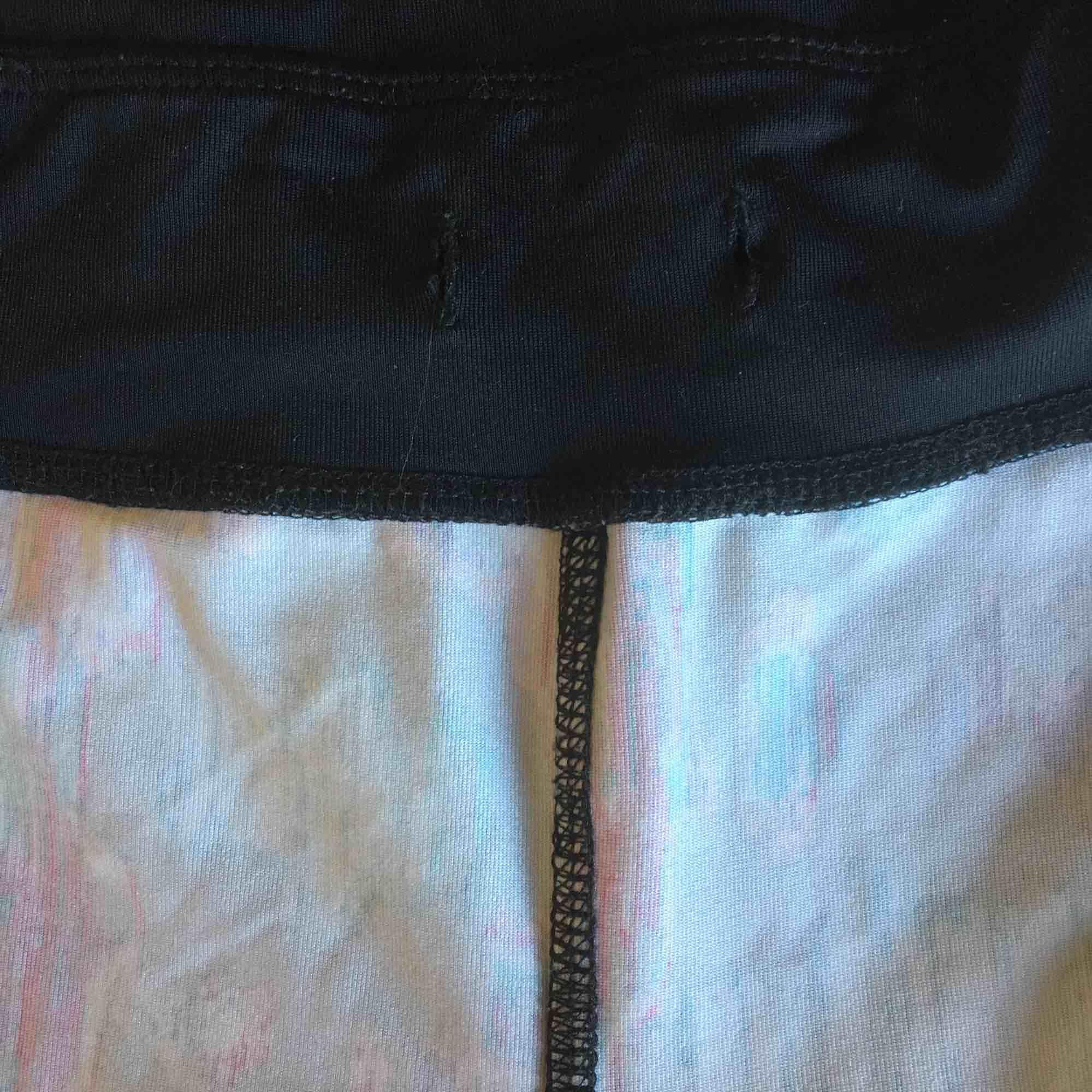 Träningsbyxor. Snöret som drar ihop midjan har åkt ur men annars i gott skick (och byxorna stannar uppe ändå) sparsamt använda . Jeans & Byxor.