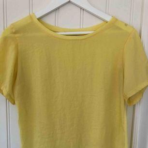 Gul topp från Zara med olika tyg på fram- och baksida. Tyget på framsidan är silkes-aktigt och baksidan är vanlig bomull. Gratis frakt 🥰