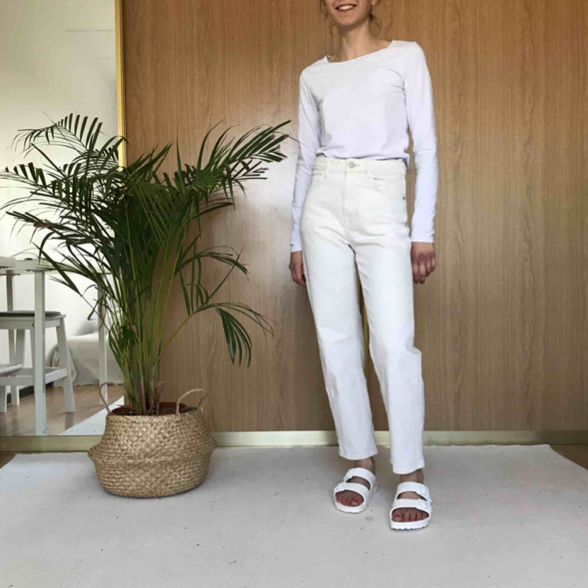 Naturvita jeans med hög midja  Supersnygg passform och väldigt bekväma!  . Jeans & Byxor.