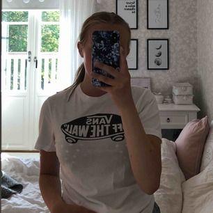 T-shirt från Vans, sparsamt använd och i fint skick. Frakten är gratis 🥰