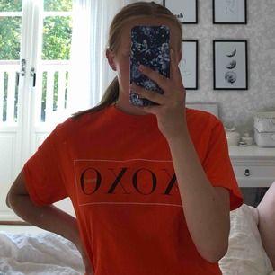 Orange t-shirt från Boohoo, nästan aldrig använd och i jättefint skick. Gratis frakt 🥰