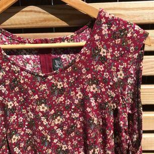 Röd-blommig jumpsuit  Dragkedja baktill