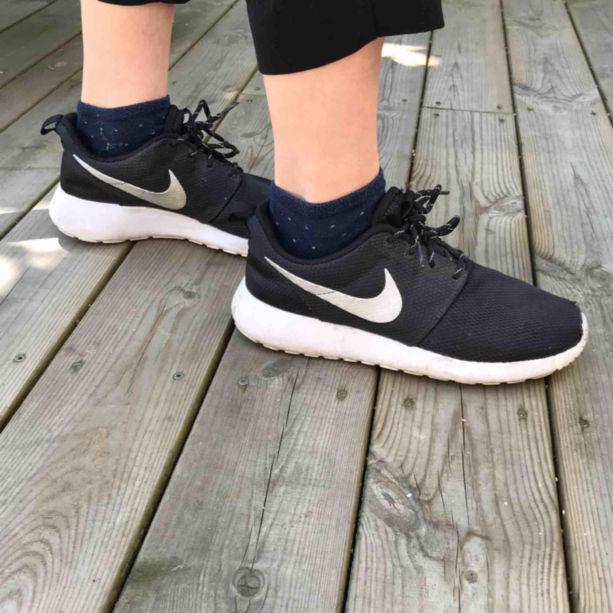 Svarta Nike trainers Bekväma med sula som ger fantastiskt stöd!  Funkar perfekt till gym eller som vanliga vardagsskor!  Ovandel i tyg vilket gör att de är väldigt luftiga - skönt en varm sommardag! ☺️. Skor.