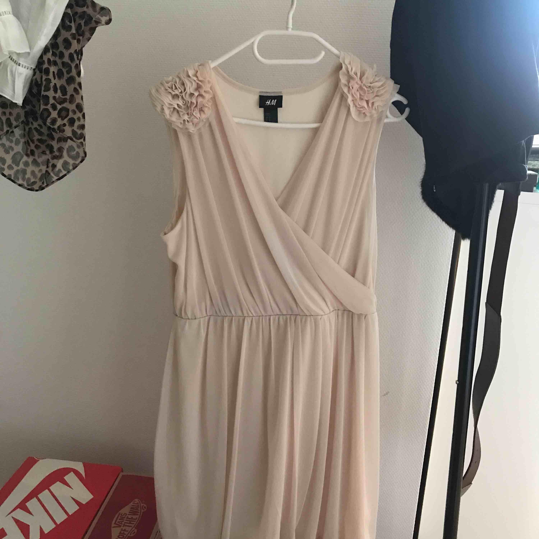 Jättefin klänning från H&M, använd några gånger men är som ny! Nypris 400 kr, priset kan sänkas och klänningen kan fraktas 🥳. Klänningar.