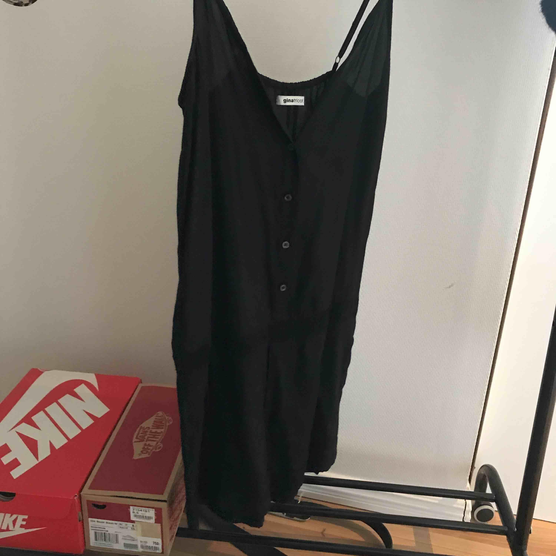 Snygg svart jumpsuit från Gina, nypris :299 kr, kan fraktas, använd ett par gånger. Klänningar.