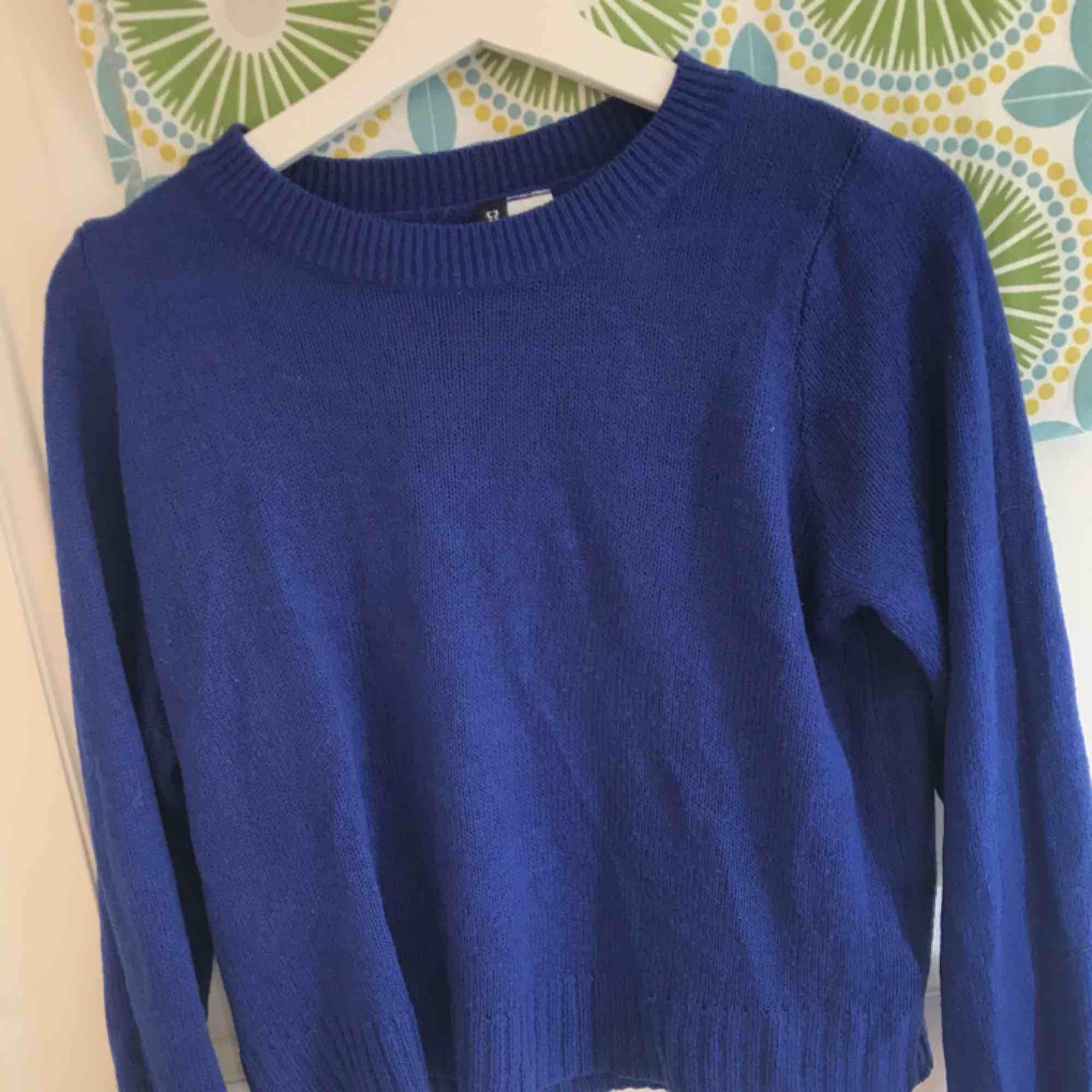 Väldigt skön stickad blå tröja ifrån HM, storlek S. Nypris- 150kr Säljs pga att jag aldrig använder. Kan mötas upp i Borås annars står köparen för frakt. Skriv vid intresse för mer info!. Stickat.
