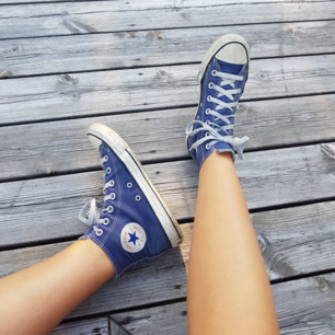 Blå höga converse i storlek 38. Passar bra på mig som har 38,5. Pris kan diskuteras