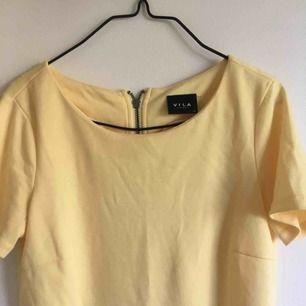 Gul topp från Vila! Var från början en klänning men har klippt den som en t-shirt.