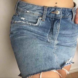 fin kjol från Gina tricot som är i väldigt bra skick så alltså sparsamt använd  kan mötas upp i Jönköping, Habo eller bankeryd  Tar swish  kan även frakta men då står köparen för fraktkostnaden