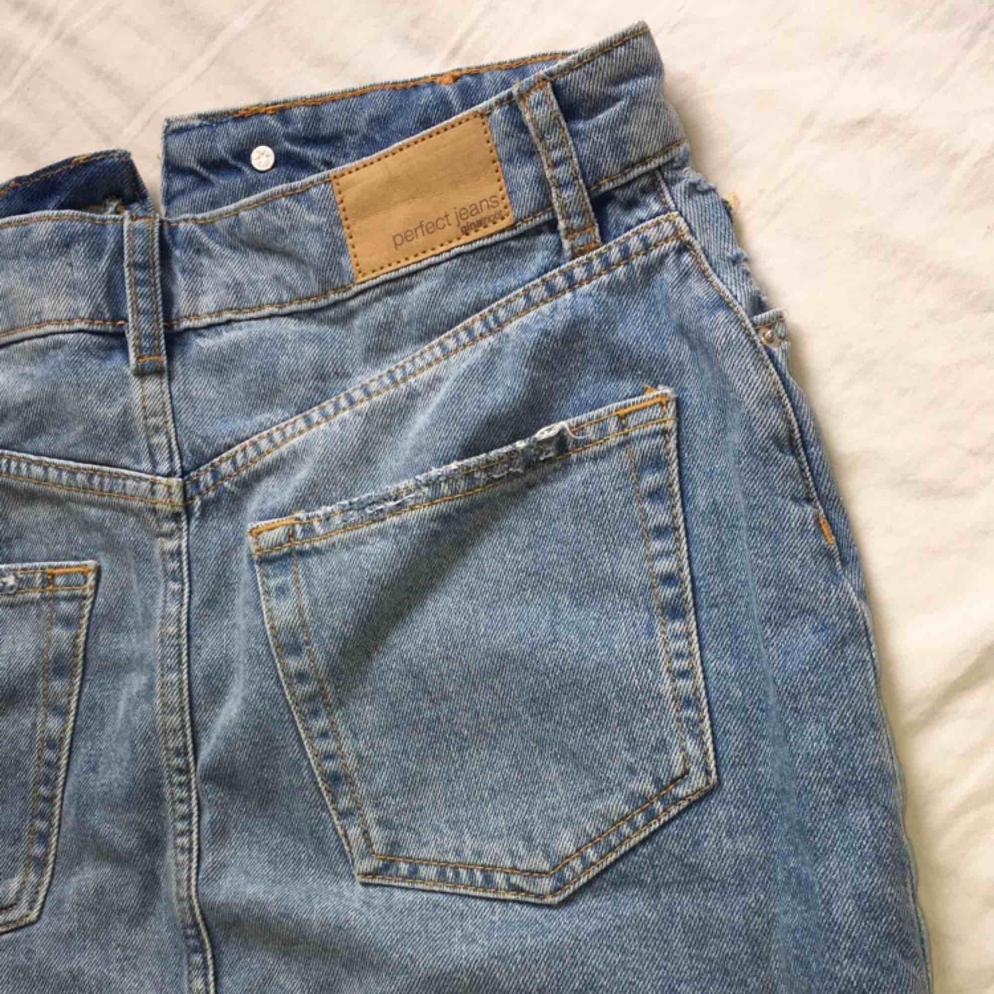fin kjol från Gina tricot som är i väldigt bra skick så alltså sparsamt använd  kan mötas upp i Jönköping, Habo eller bankeryd  Tar swish  kan även frakta men då står köparen för fraktkostnaden . Kjolar.