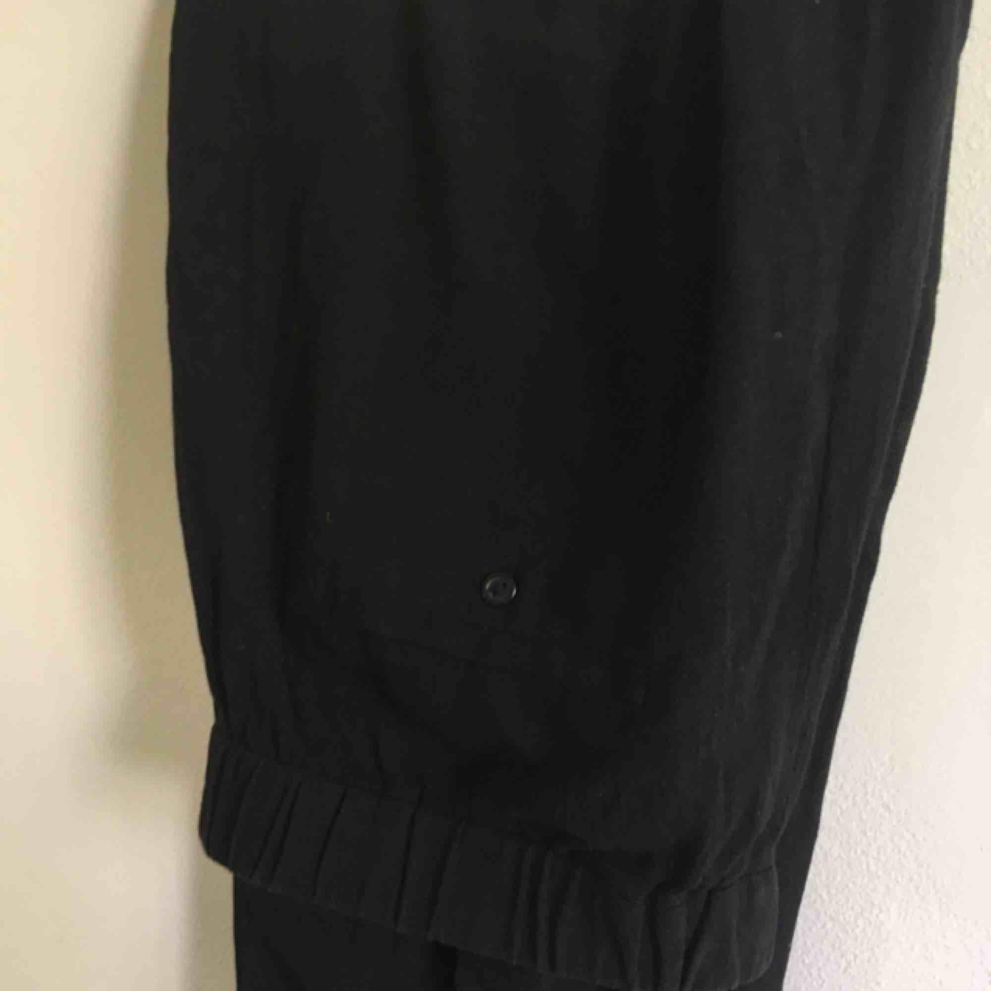 Linne byxor från & Other Stories! Supersköna nu till sommaren! (Nypris 700 kr) nästan aldrig använt . Jeans & Byxor.