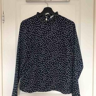 Ny blus med veckad krage från Pieces. Frakt: 36kr 🌻