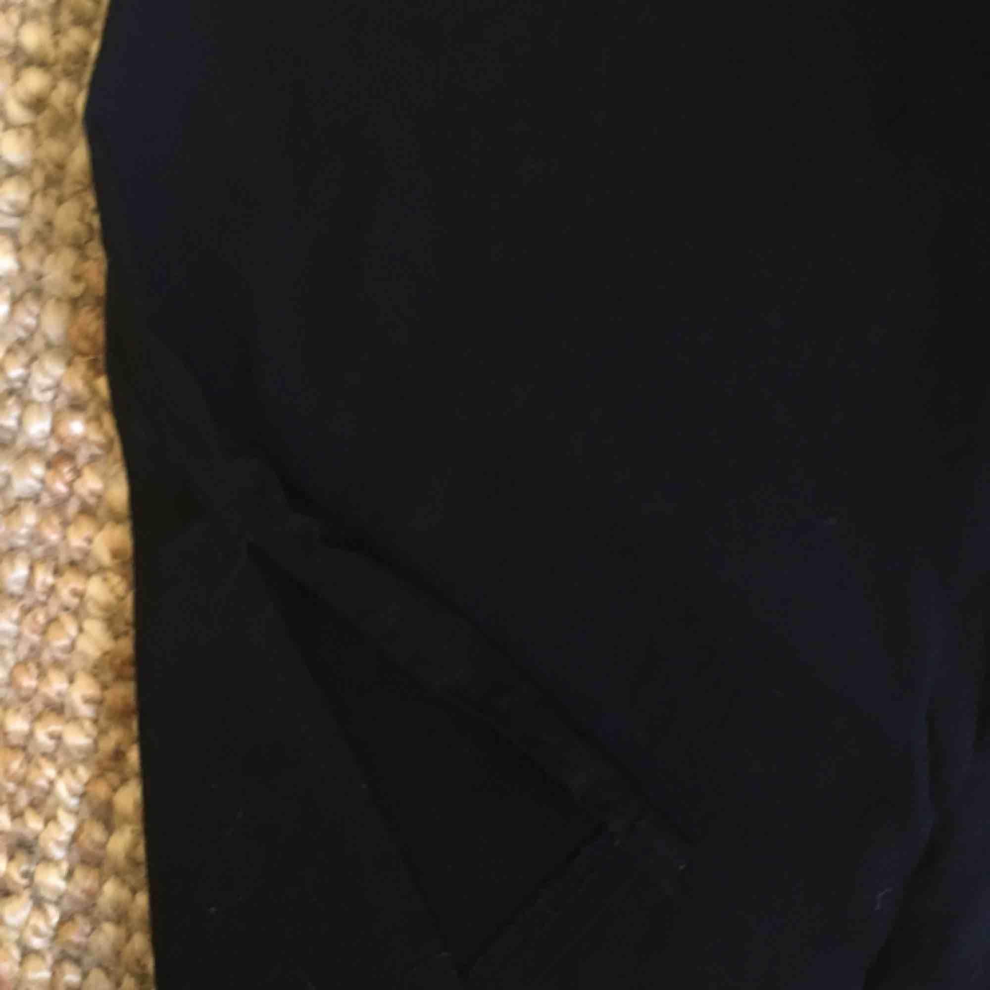 Tubkjol, med två små slitsar, går till knäna på mig som är 163 cm! Jag har storlek XS och den sitter inte så tajt, stretchig i midjan och över lår! . Kjolar.