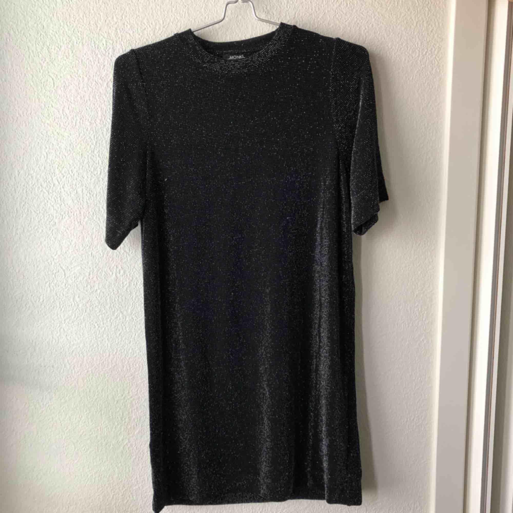 """Glitterklänning från Monki. Använd 1 gång. Oversize storlek. Lätt i tyget och """"spiller"""" inte glitter överallt.. Klänningar."""