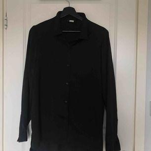 Siden skjorta/blus från bikbok, går att bära offshoulder!  Frakt: 36kr 🌻