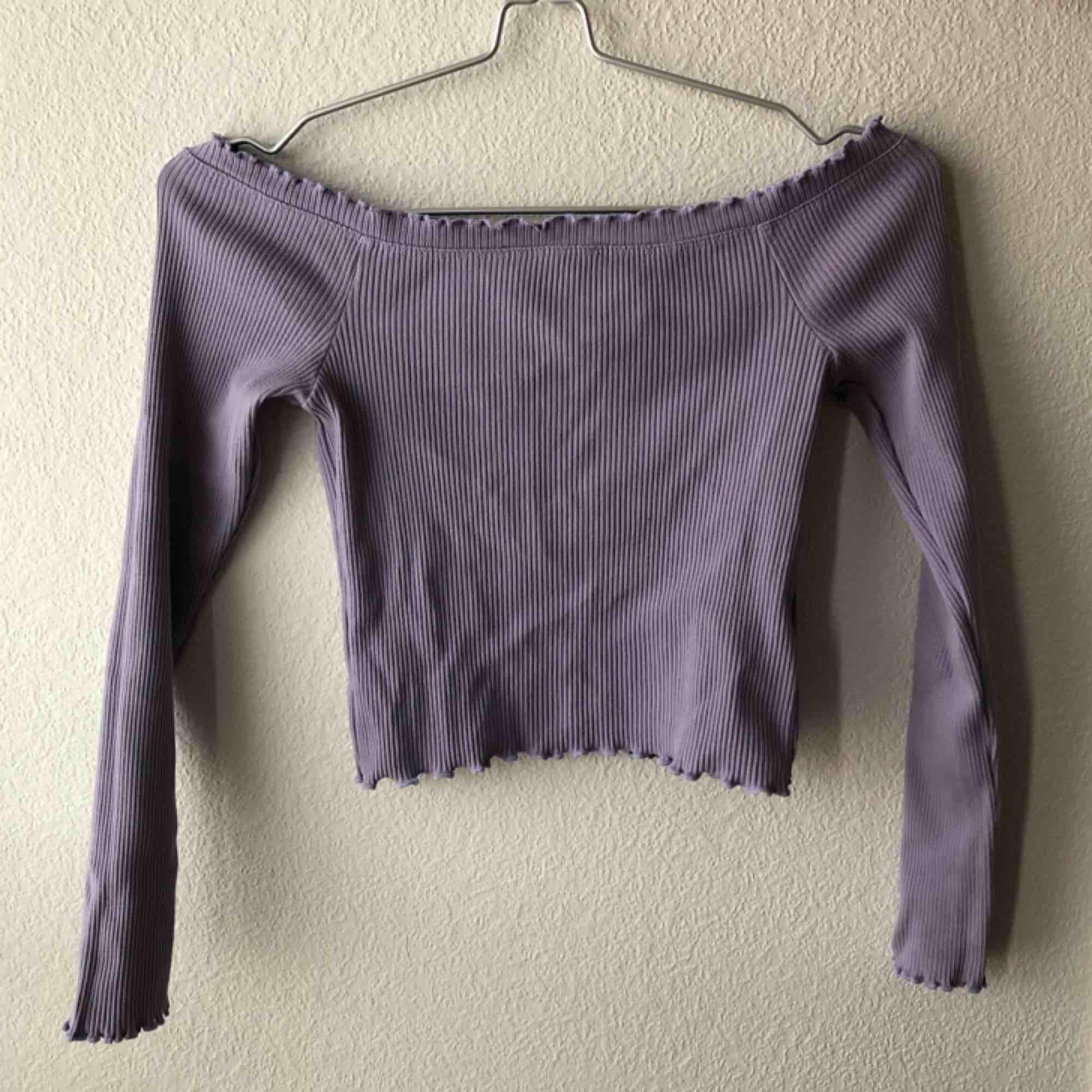 Ribbad off-shoulder topp från Ginatricot. Lavendel färg.. Toppar.