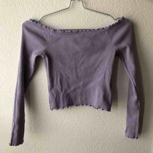 Ribbad off-shoulder topp från Ginatricot. Lavendel färg.