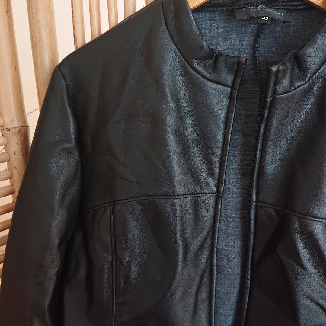 Jacka i läderimitation, mycket mjuk och formbar. I fint skick. Står storlek 42 i men den är betydligt mindre. . Jackor.