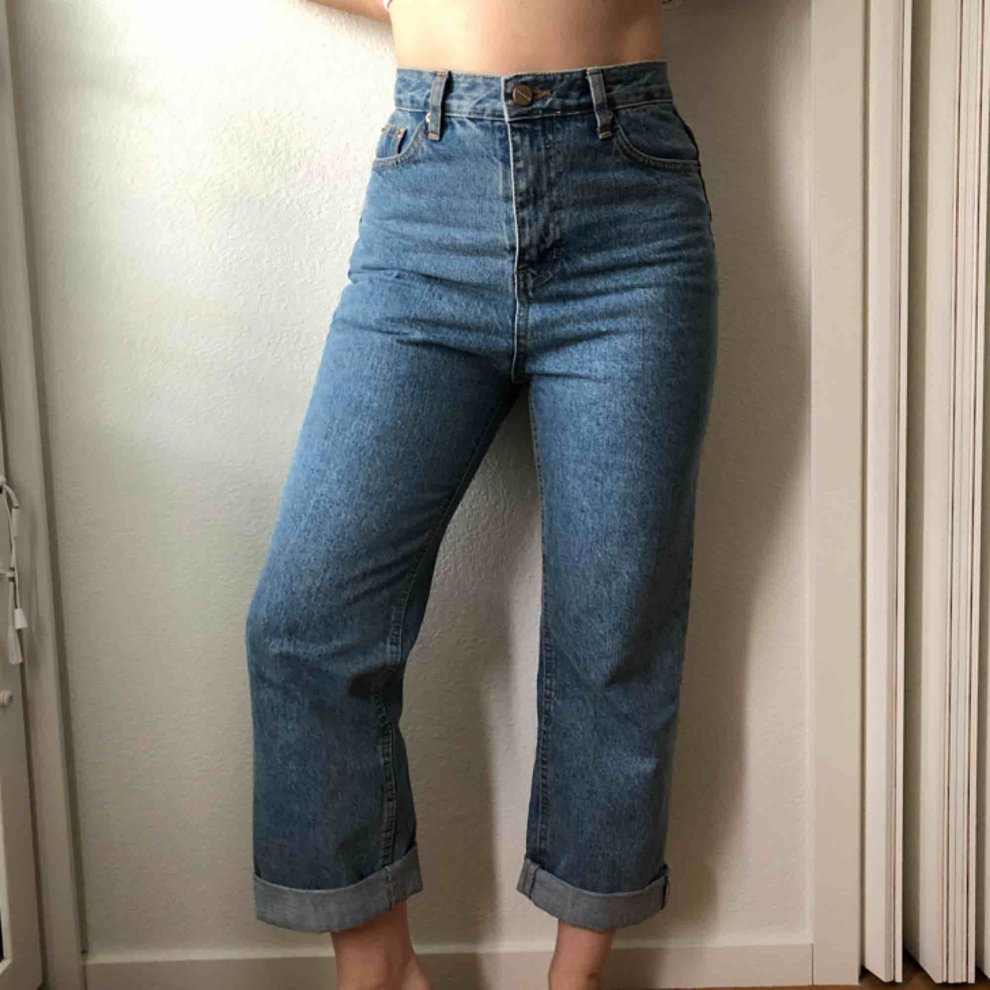 Jeans 100% bomull från STYLENANDA. Hög midja, vida ben. Mina mått: 64 cm midja, 92 cm höfter. 158 cm lång.. Jeans & Byxor.
