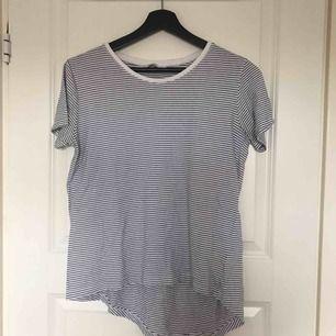 Randig tröja, längre baktill (ser ojämn ut på bilden men den är ej det i verkligheten)  Frakt: 36kr 🌻