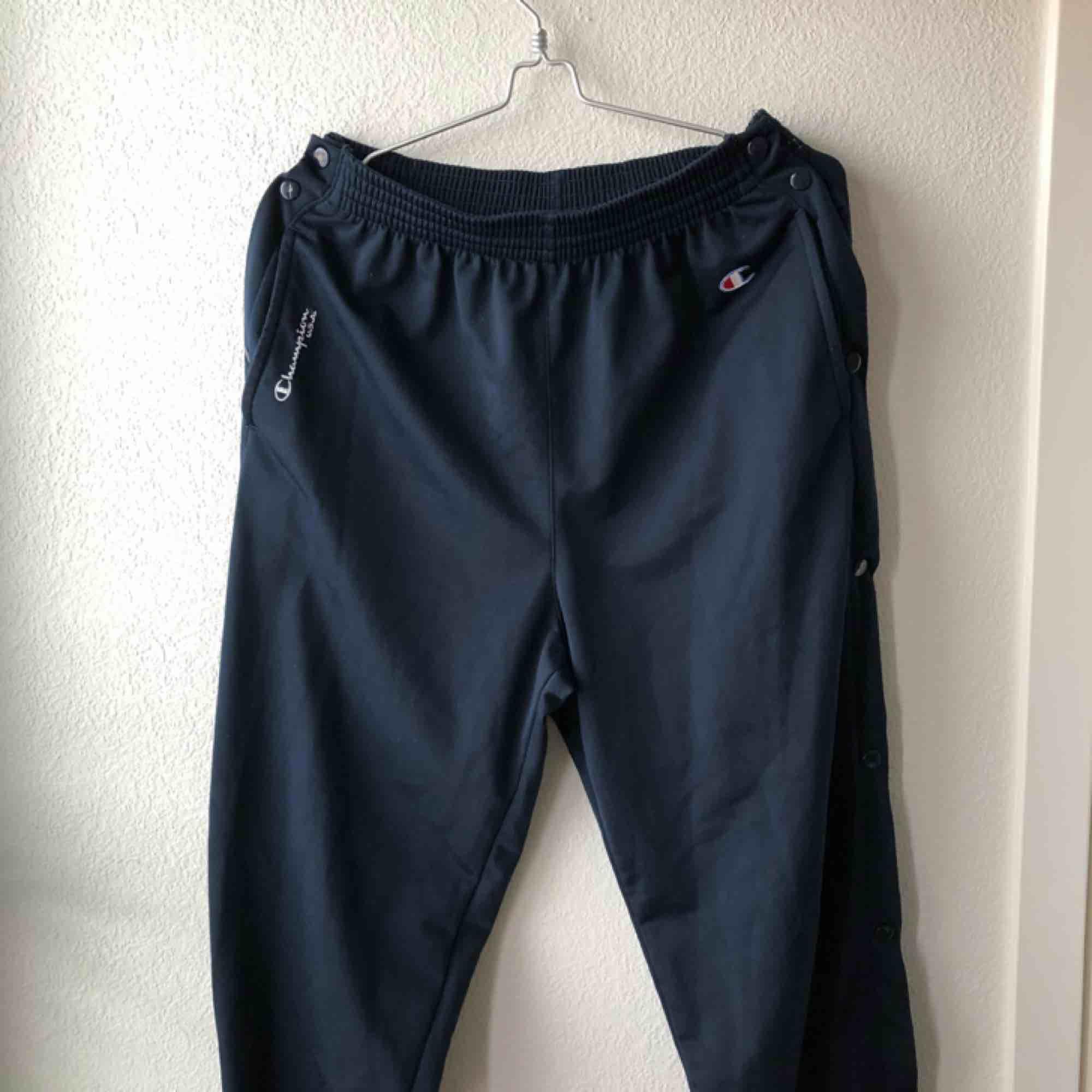Retro champion byxor med knappar längs benen. Mörkblåa. Mina mått: 64 cm midja, 92 cm höfter, 158 cm lång. Säljer då de är för stora på mig.. Jeans & Byxor.