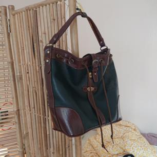 Fin väska i vad jag tror är äkta läder. Den rymmer gott om saker och är väldigt behaglig att bära!
