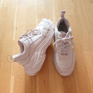 Chunky sneakers i gammelrosa färg. Från Nelly. I använt men bra skick!