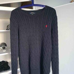Ralph lauren tröja i fint skick storleken på tröjan är XL men den sitter som en S, använd fåtal gånger, nypris = 1000kr mitt pris 300kr