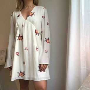 Supersöt klänning från honey punch!! Knappt använd och söker ny ägare!! Skit i storleken, den passar alla!!