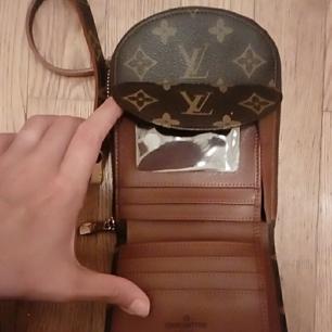 Lv väska med inbyggd plånbok, väldigt gott skick. Priset kan disuteras.