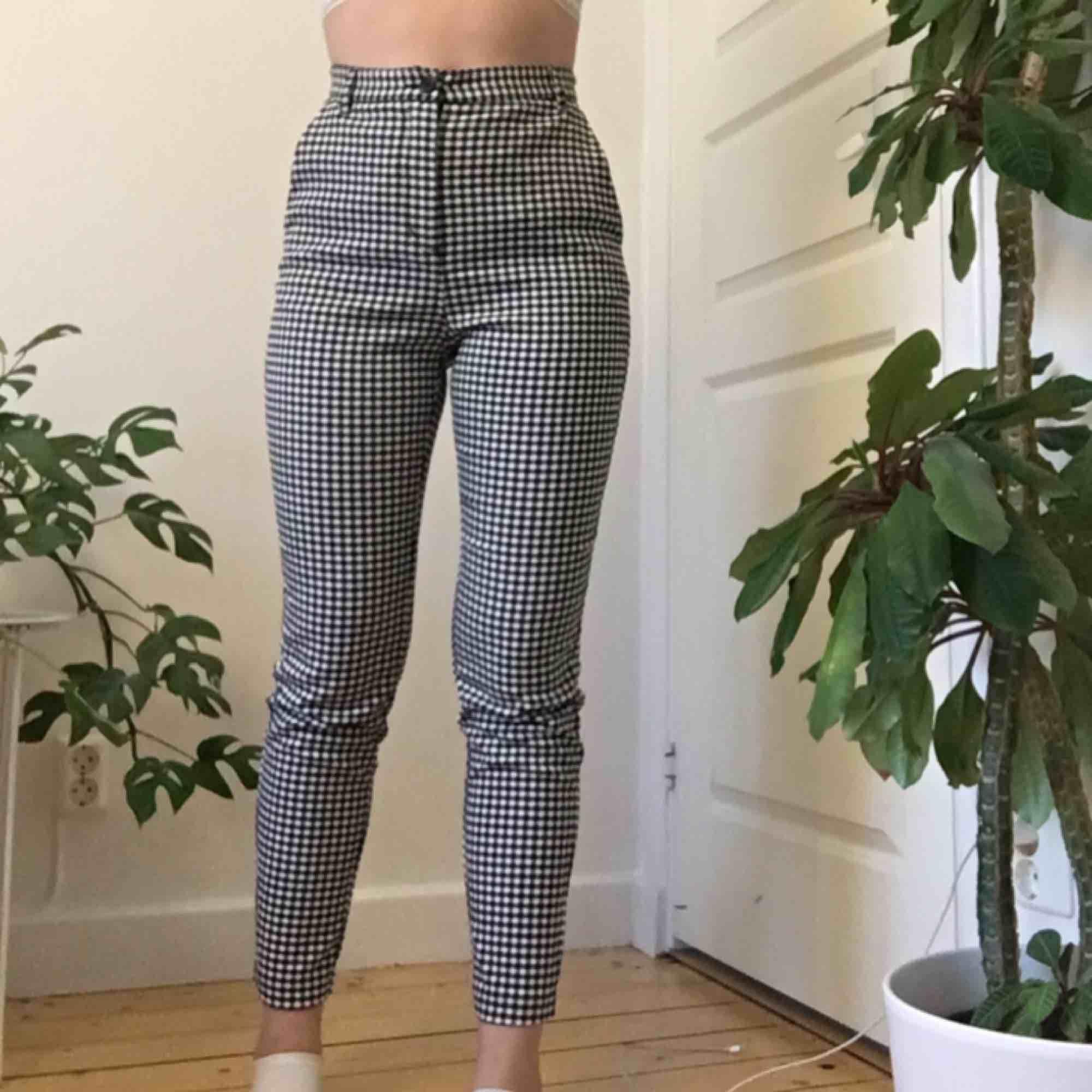 Svart & vit rutiga kostymbyxor från MONKI. Perfekta till sommaren. Använda ett fåtal gånger därav i bra skick! Köparen står för frakt. (Jag är 166cm). Jeans & Byxor.